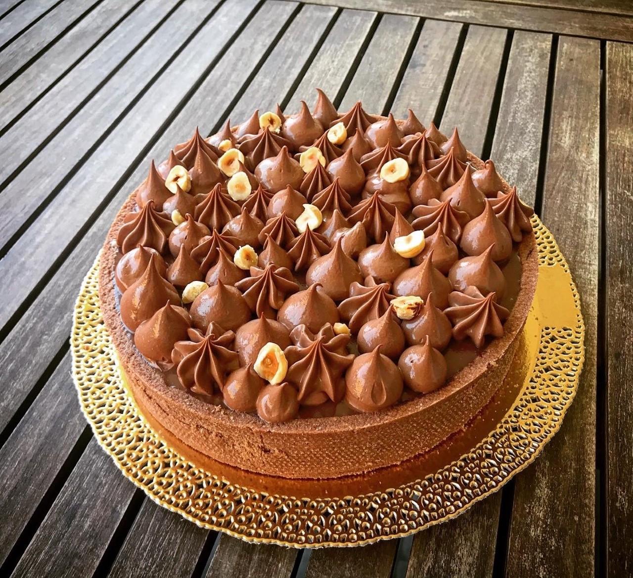 Crostata moderna nocciola e namelaka al cioccolato fondente